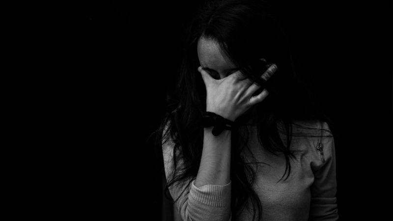 moglie disperata per maltrattamenti in famiglia