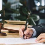 scrivania dell'avvocato dello studio legale tributario Brescia